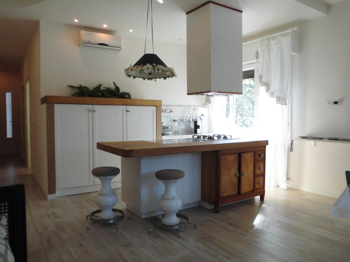 Vendiamo appartamento ristrutturato adiacente al mare
