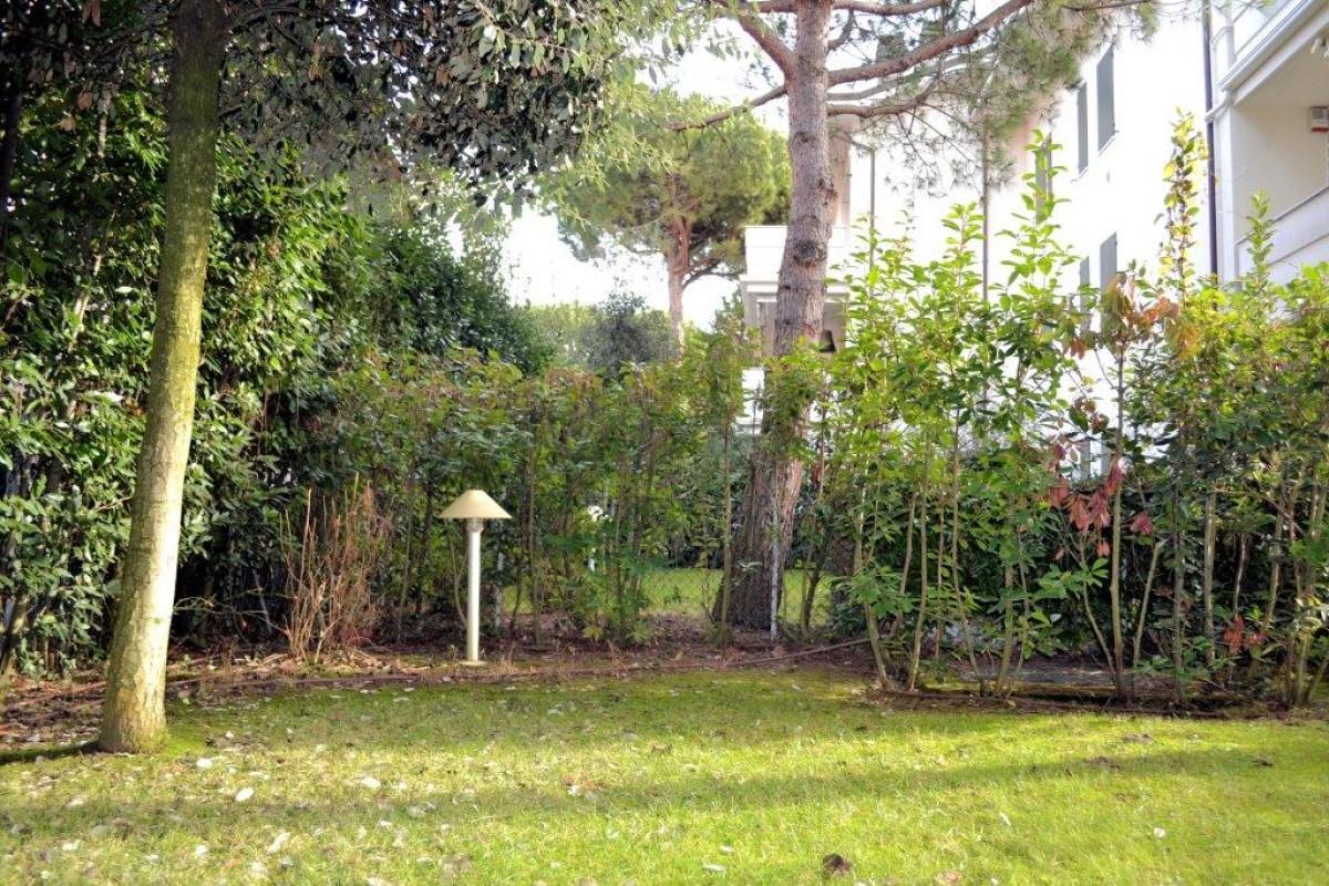 Vendiamo appartamento adiacente al mare con giardino